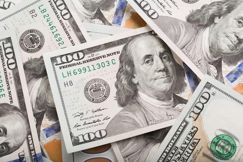 Nära övre hög av hundra dollar, selektiv fokus Dollar oss pengarbakgrund arkivbild