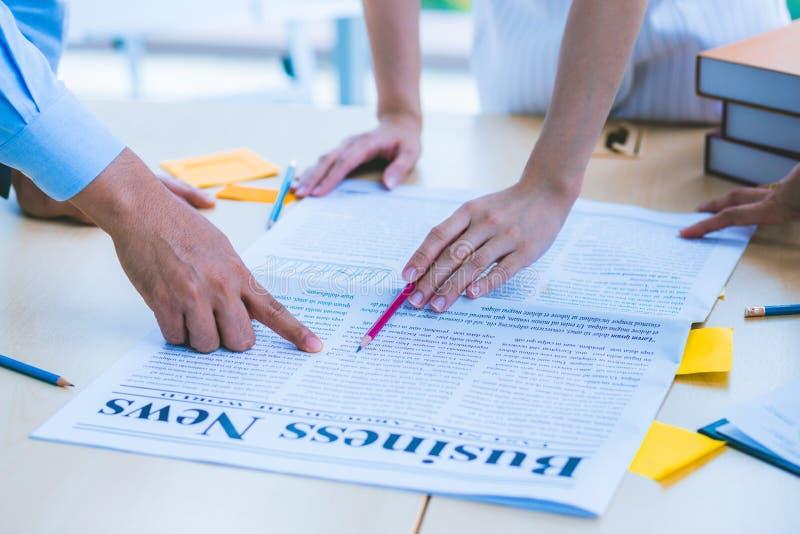 Nära övre hand av det moderna mötet för affärskonsulent som analyserar och som diskuterar läget på tidningen i mötesrummet arkivfoton