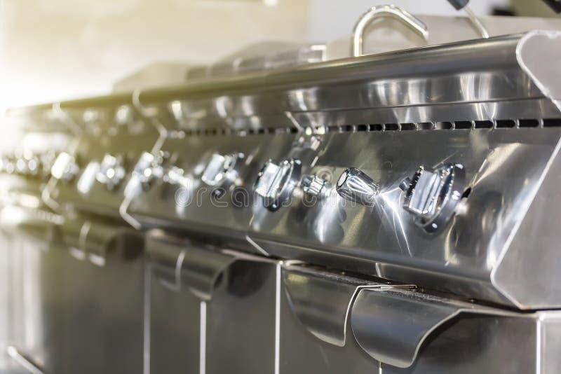 Nära övre knoppvisartavla av ugnen för stekpanna för modern gas för kontrollbord den djupa för på av eller justeringsbrännskadafl royaltyfri bild