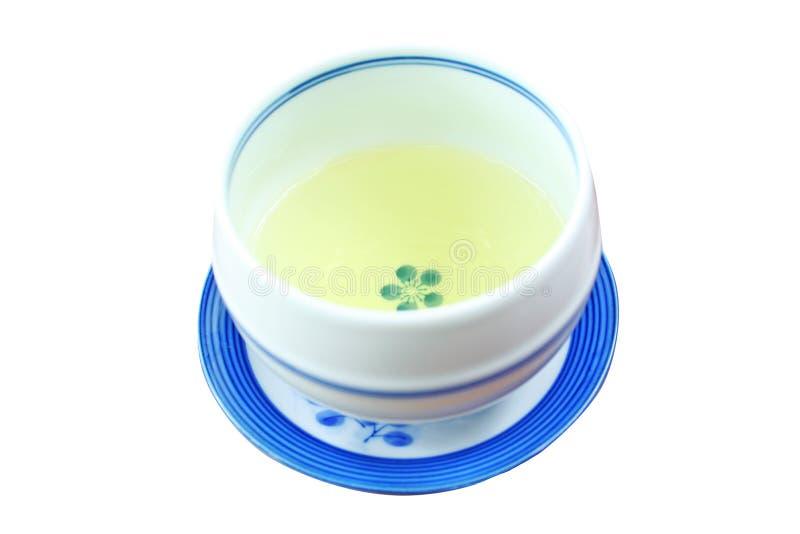 Nära övre kopp av varmt grönt te som isoleras på vit bakgrund royaltyfri foto