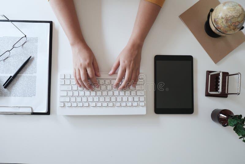 Nära övre kvinnor räcker, medan skriva på tangentbordet i regeringsställning arkivfoton