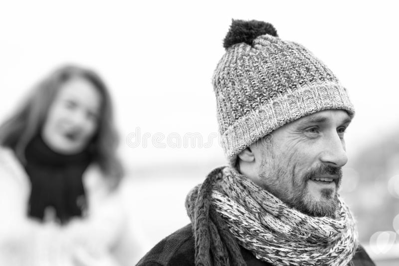 Nära övre manstående i stucken hatt Svartvit vinterstående för lycklig grabb arkivfoton