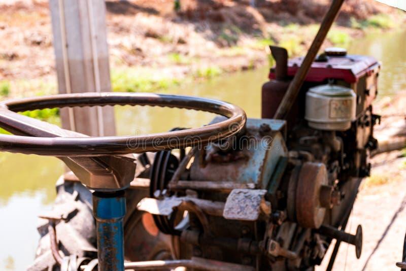 Nära övre maskin för det lowing fältet, traktor arkivbild