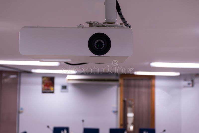 Nära övre multimediaprojektor som installeras på taket royaltyfri bild