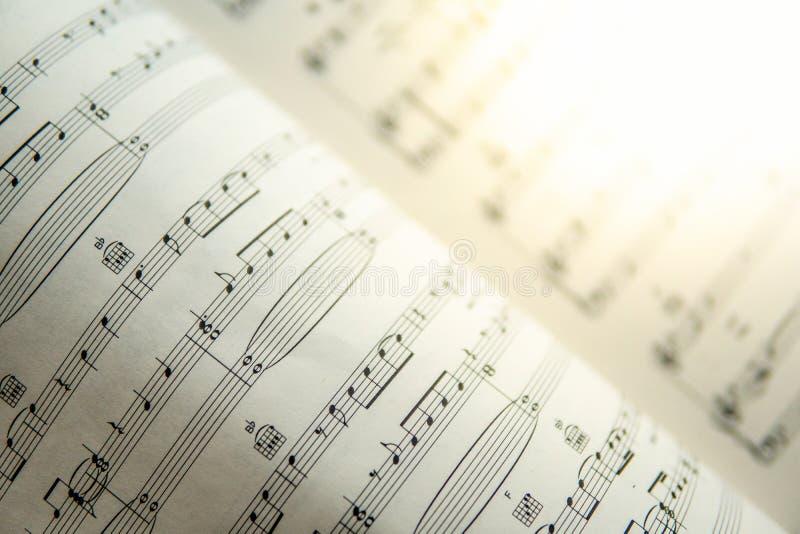 Nära övre musikanmärkning på arket arkivbild