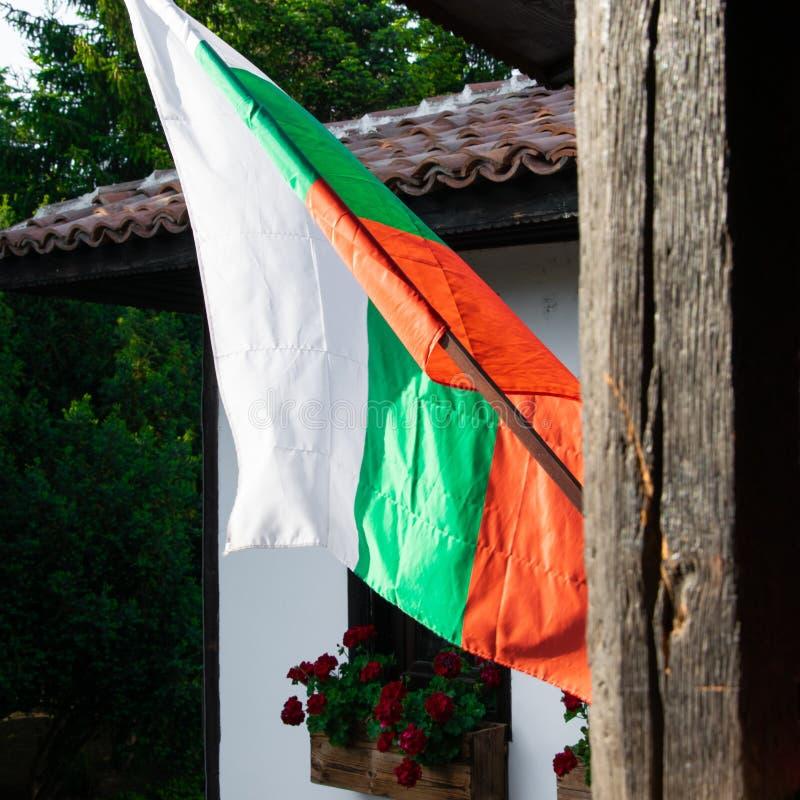 Nära övre sikt av den bulgarian flaggan på terrassen arkivfoton