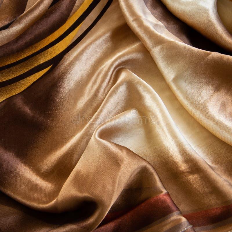 Nära övre sikt av den färgrika silkeslena torkduken Eleganta höstfärger royaltyfri bild