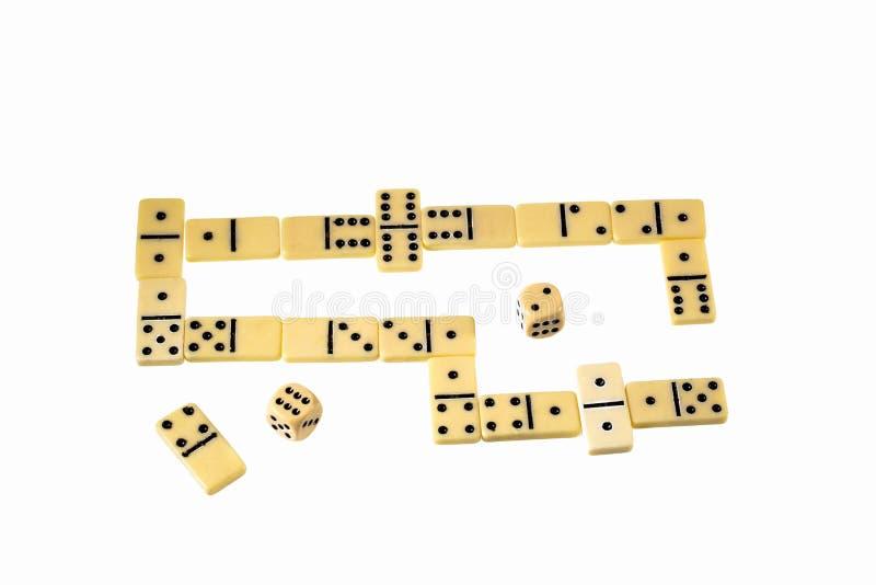 Nära övre sikt av dominobrickachiper och att tärna isolerat på vit bakgrund Dobbelbakgrund royaltyfri foto