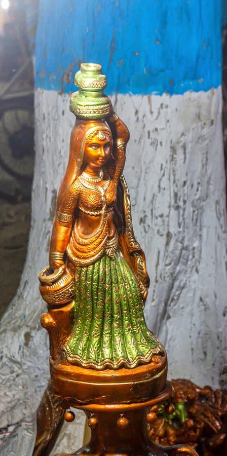 Nära övre sikt av en hand - gjord terrakottastaty av en kvinna fotografering för bildbyråer
