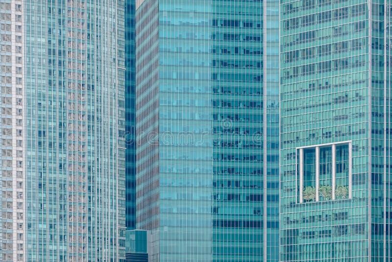 Nära övre sikt av hög modern kontors- och affärsbyggnad i i stadens centrum Singapore arkivfoton