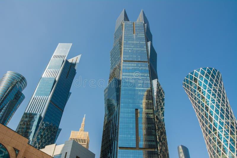 Nära övre sikt av moderna skyskrapor med den finansiella exponeringsglasfasaden och affärsmitten i Doha, Qatar arkivbilder