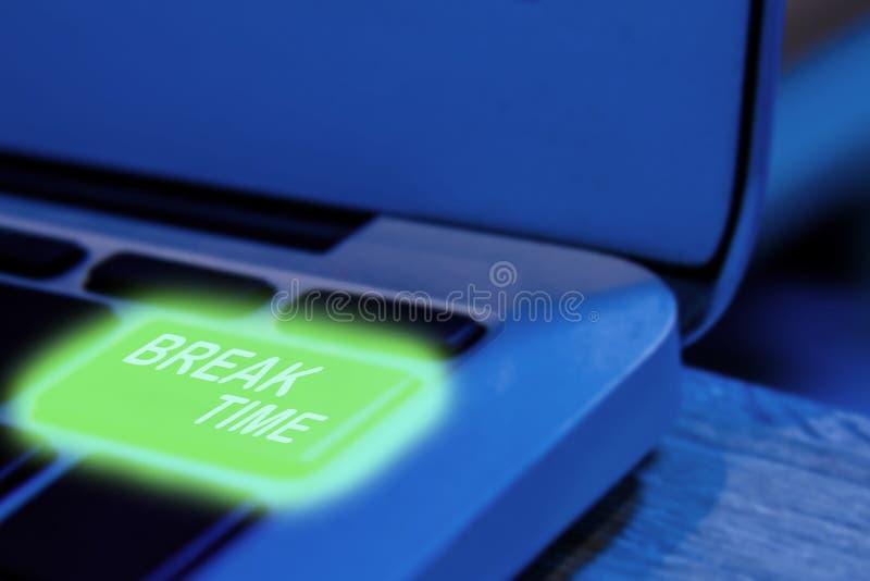 Nära övre sikt på det begreppsmässiga tangentbordet - tagandet ett avbrott eller att vila, bärbar dator med den gröna panelljusta arkivfoton