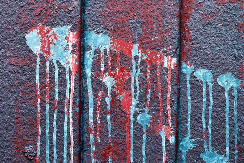 Nära övre sikt på färgrik målarfärg som av skalar betongväggar som finnas på ett borttappat ställe i Kiel Germany fotografering för bildbyråer