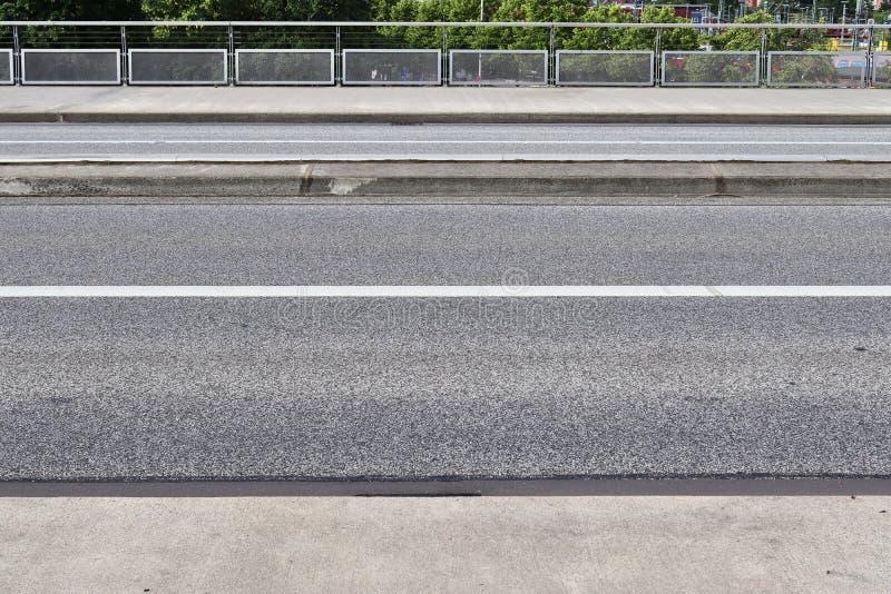 Nära övre sikt på gator och vägar i Europa med linjer och symboler på det royaltyfri bild