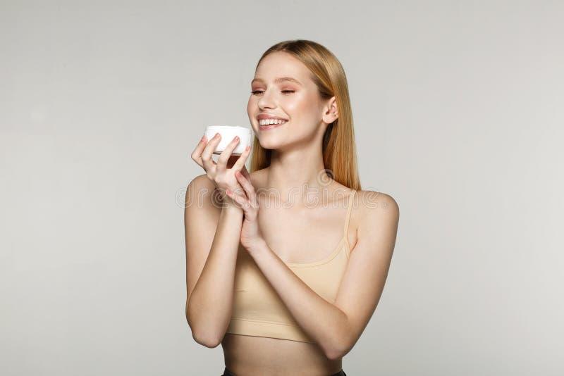 Nära övre skönhetstående av en le naken flicka för blond halva royaltyfri fotografi