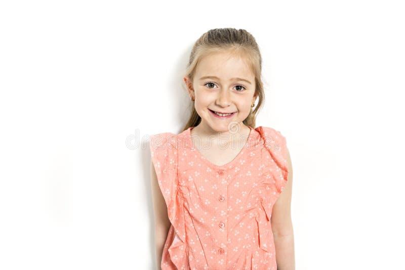 Nära övre skott av den härliga Caucasian lilla flickan royaltyfria bilder