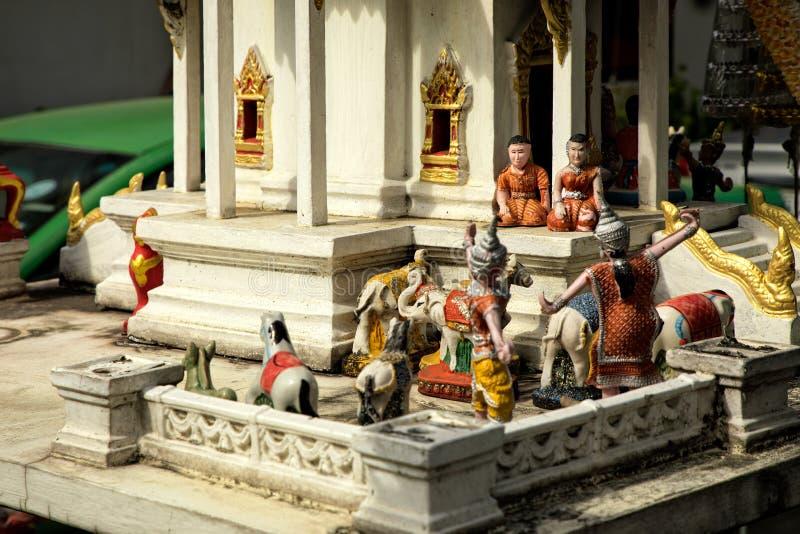 Nära övre skott av den lilla tempelmodellen av det buddistiska andehuset in royaltyfri fotografi
