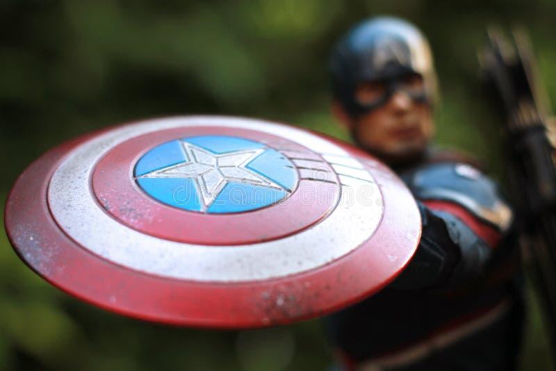 Nära övre skott av superherosdiagramet för kapten America Civil War, i att slåss för handling royaltyfria bilder