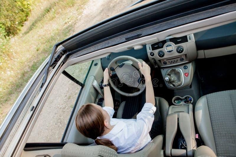 Nära övre stående av den angenäma seende kvinnlign med glat positivt uttryck, tillfredsställas med den oförglömliga bilresan, arkivbilder
