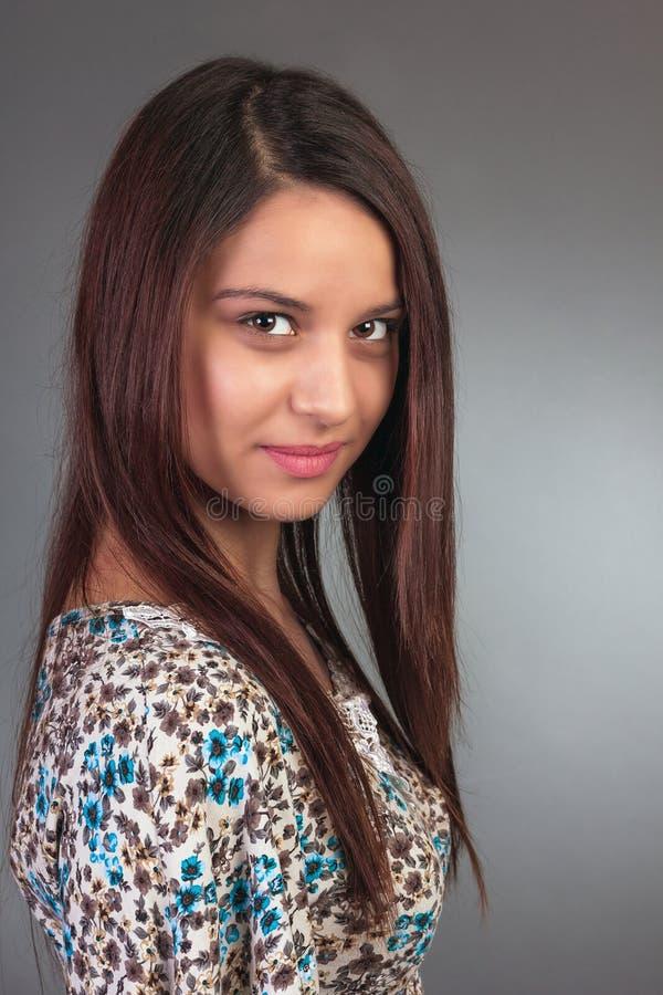 Nära övre stående av den härliga unga kvinnan med långt hår royaltyfri bild