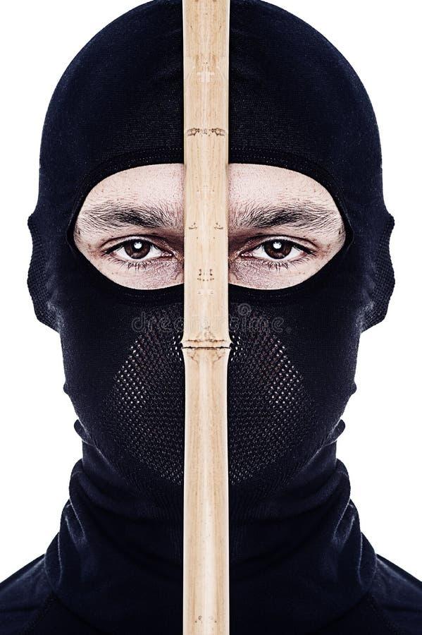 Nära övre stående av den male ninjaen arkivbilder