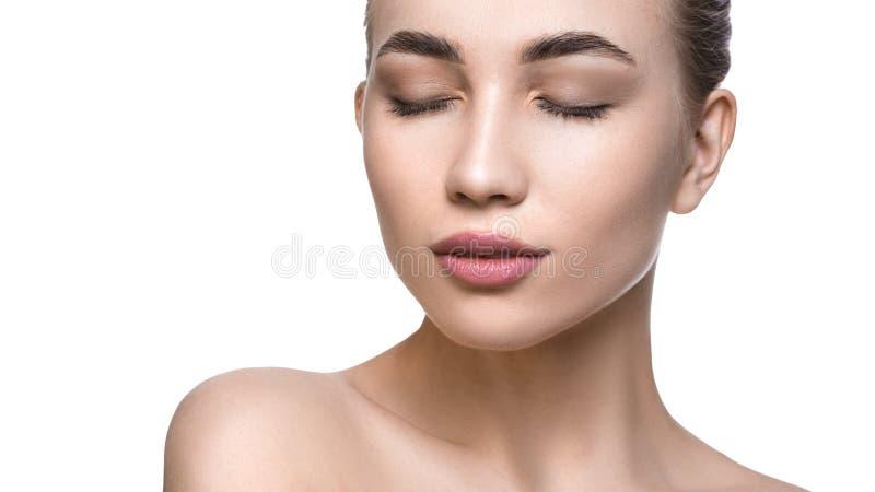 Nära övre stående av en kvinna med en perfekt ren hud Begrepp f?r lyfta f?r f?r hudomsorg och framsida arkivbilder
