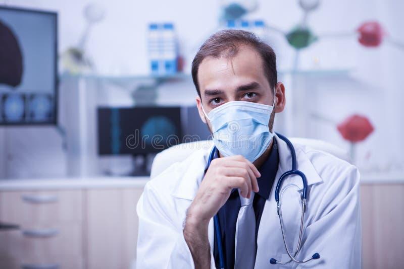 Nära övre stående av maskeringen för kirurgdoktor Man Wear Surgical arkivbilder