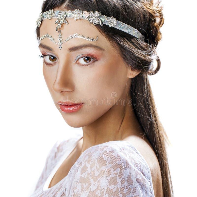 Nära övre stående för glamour av en ung kvinna på en vit bakgrund arkivfoto