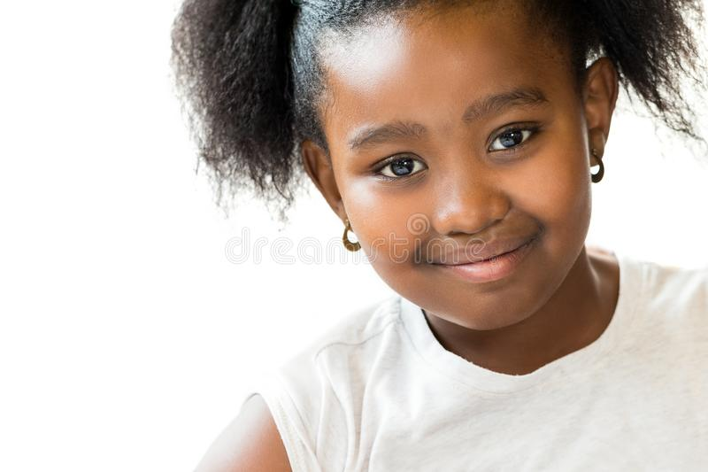 Nära övre stående för makro av den gulliga lilla afrikanska flickan arkivbilder