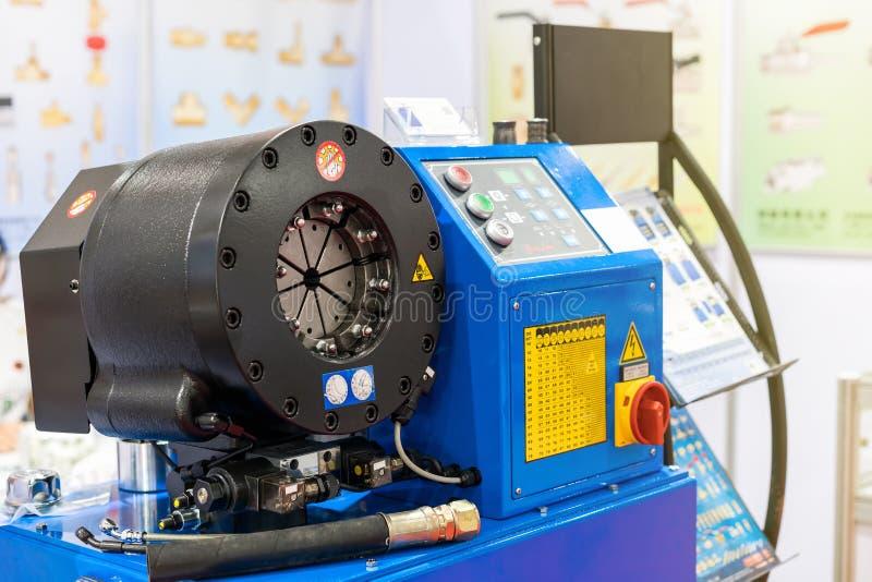 Nära övre våghuvud av den automatiska hydrauliska gummislangen som krusar maskinen för industriellt royaltyfria foton
