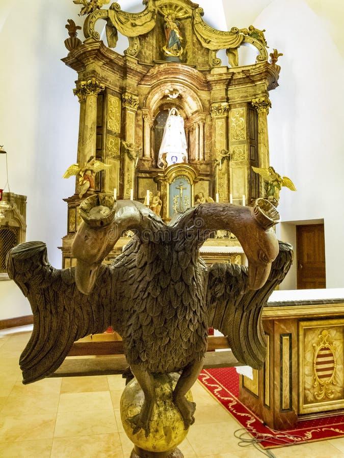 Nära bild av örnkorpulpet i kyrkan av Esch-Sur-säkert, Luxembourg, det höga altaret i bakgrunden royaltyfri bild