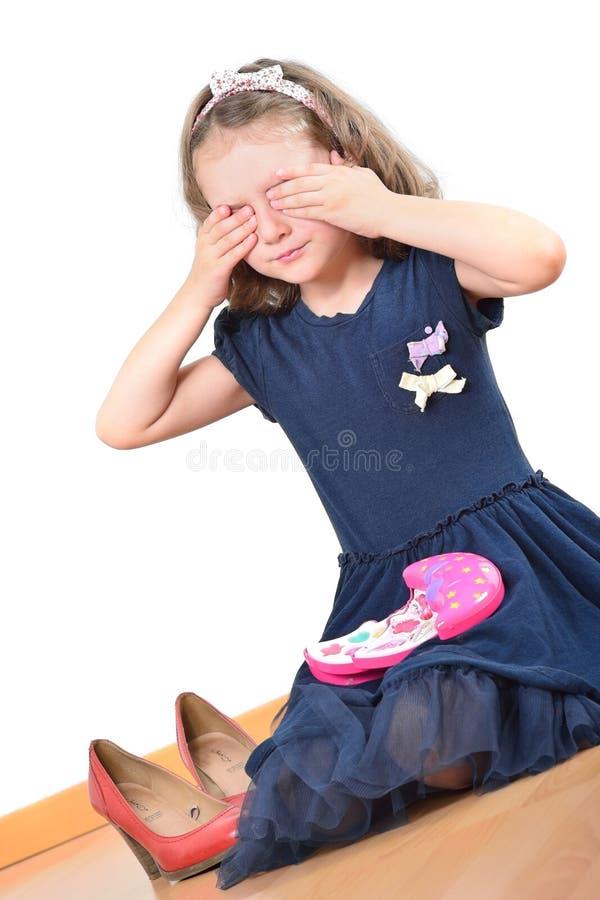 Nära flicka henne ögon, medan spela med ungesmink arkivfoto