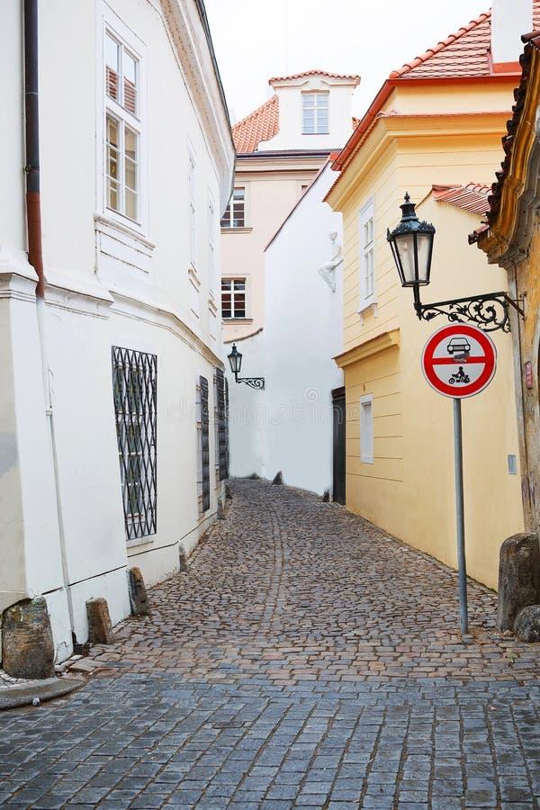 Nära gata av Prague, Tjeckien royaltyfri foto