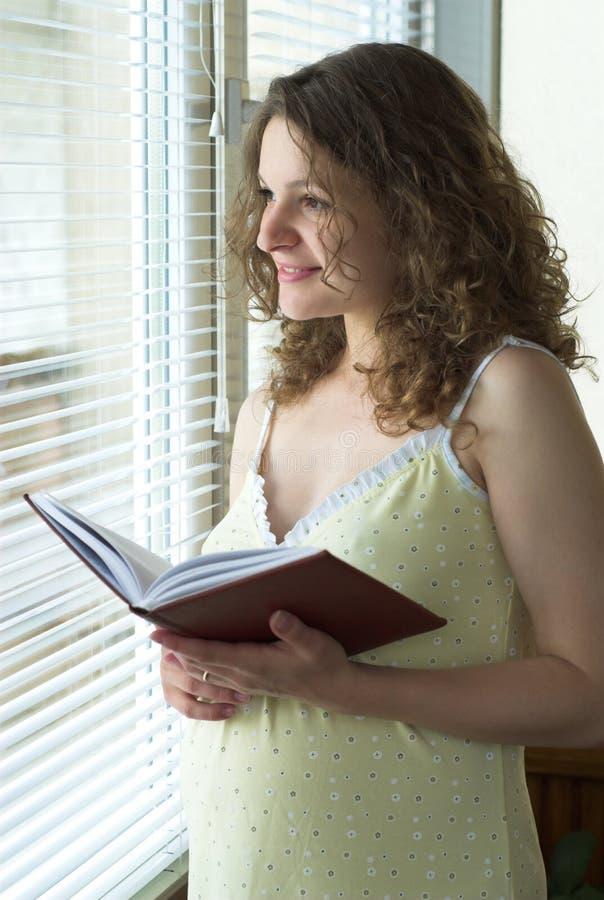Nära gravid fönsterkvinna