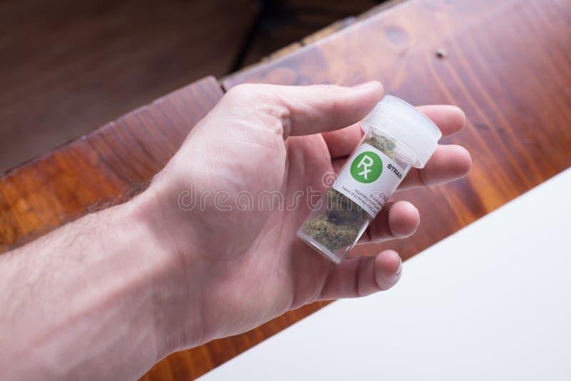 nära hållande medicinsk cannabis för hand arkivfoto