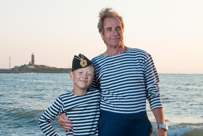 Nära havet med hennes sonsonfarfar arkivfoton