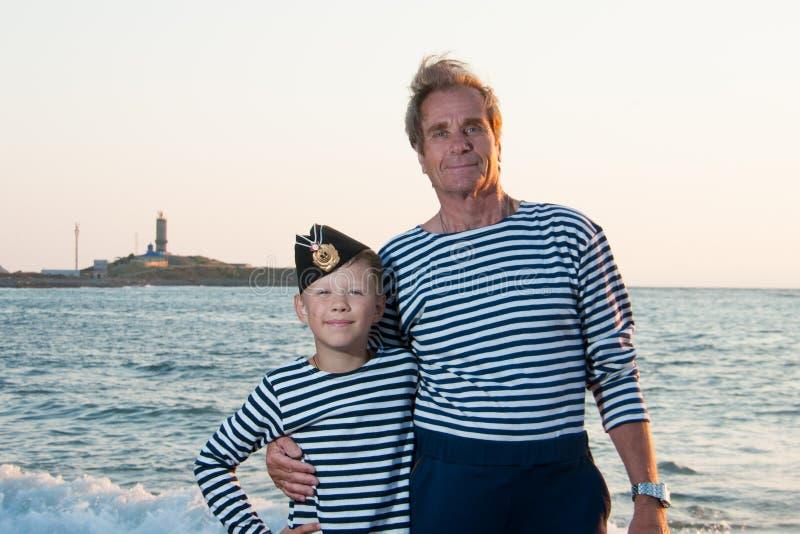 Nära havet med hennes sonsonfarfar royaltyfria bilder
