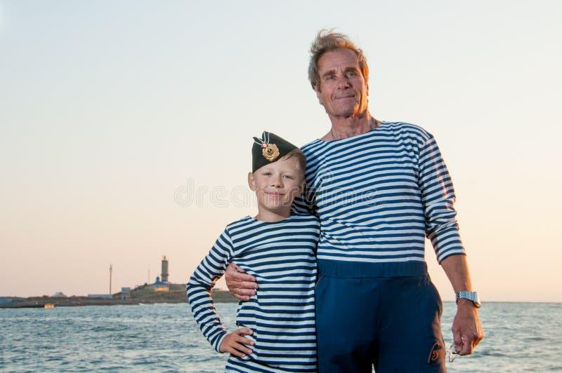 Nära havet med hennes sonsonfarfar royaltyfria foton