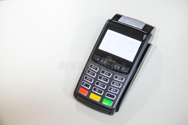 Nära kreditkort som nallar maskinen till lön arkivfoton
