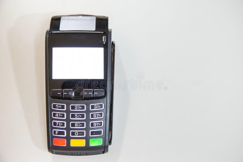 Nära kreditkort som nallar maskinen till lön arkivfoto