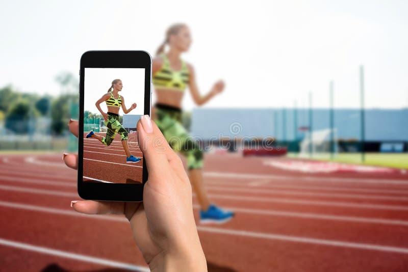 Nära räcker bilden av kvinnlign den hållande mobiltelefonen med fotokamerafunktionsläge på skärmen Kantjusterad bild av den rinna royaltyfria foton