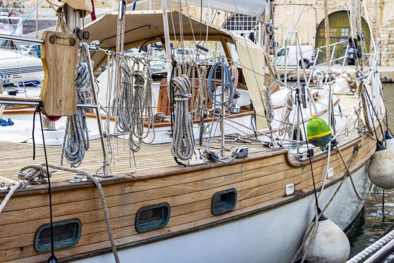 Nära sidosikt av en maltesisk segelbåt royaltyfri fotografi