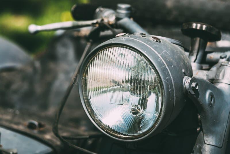 Nära sikt av billyktan av den gamla rariteten Gray Tricar Or Three-Wheeled Motorbike med en Sidecar royaltyfri bild