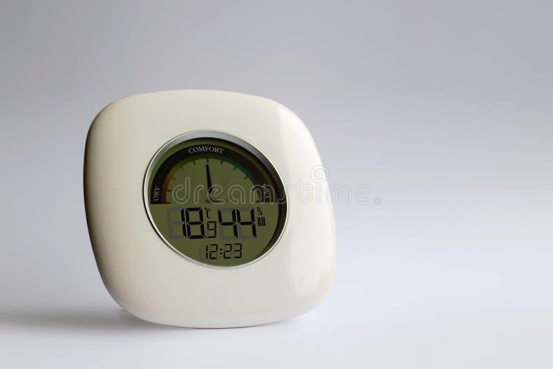 Nära sikt av den elektroniska termometerhygrometeren arkivfoton
