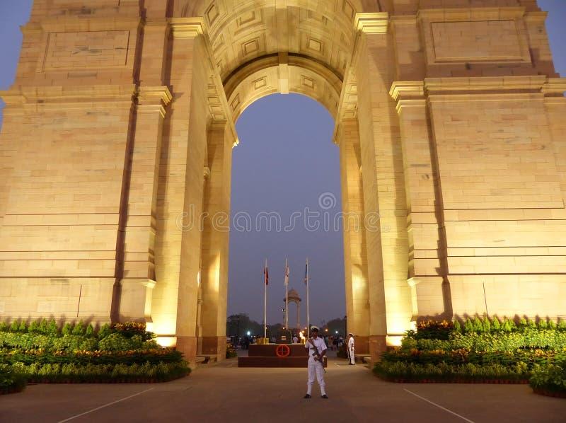 Nära sikt av den Indien porten med ljus på natten, New Delhi royaltyfri fotografi