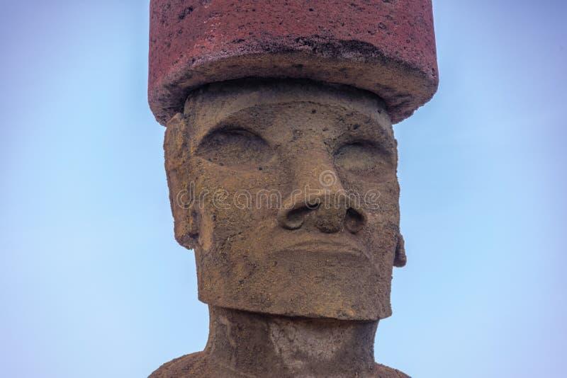 Nära sikt av den Moai statyframsidan av Ahu Nau Nau den bärande hårknuten nära den Anakena stranden - påskö, Chile royaltyfri fotografi