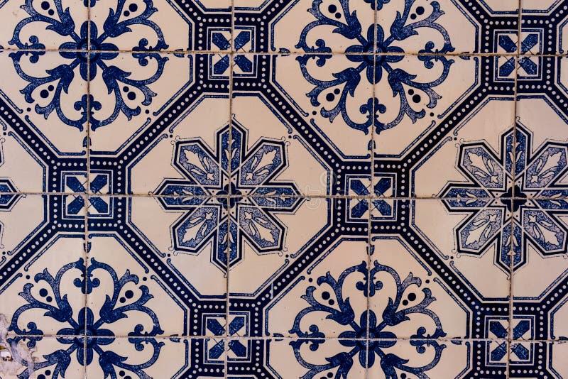 Nära sikt av flera vita och blåa tegelplattor med dekorativa vakter royaltyfri fotografi