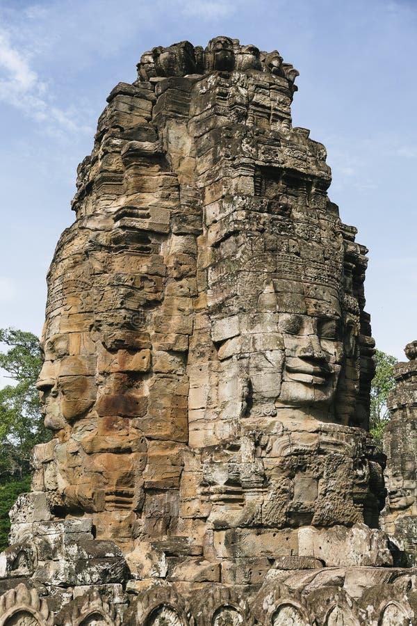 Nära sikt av framsidor i stenen i den Bayon templet, Angkor Thom, Siem Reap i Cambodja arkivbild