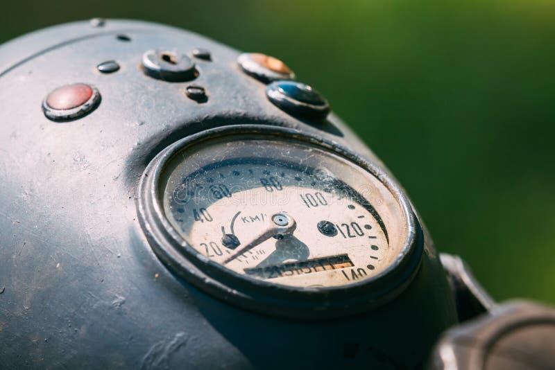 Nära sikt av hastighetsmätaren på den mekaniska instrumentbrädan av den gamla rariteten Gray Motorbike arkivfoto