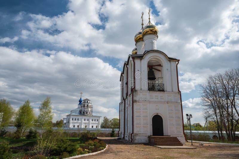 Nära sikt av klockstapeln på den St Nicholas (Nikolsky) kloster arkivbild